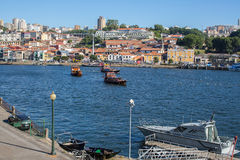 Barche turistiche sul fiume del Duero a Ribeira, centro storico di Oporto Fotografia Stock
