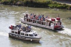 Barche turistiche sul fiume il Tevere (Roma - Italia) Immagini Stock Libere da Diritti