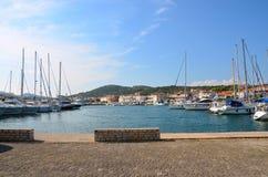 Barche in un piccolo porto marittimo mediterraneo Fotografia Stock Libera da Diritti
