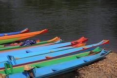 Barche variopinte alla riva del fiume Immagine Stock