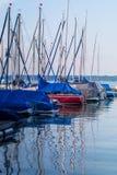 Barche variopinte di parcheggio su un lago Immagini Stock Libere da Diritti