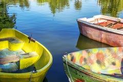 Barche variopinte nel lago Immagine Stock