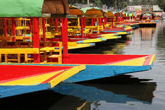 Barche variopinte sul canale Fotografia Stock