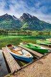 Barche variopinte sul lago Hintersee nelle alpi Fotografia Stock Libera da Diritti