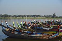 Barche variopinte sul lago Taungthaman immagini stock libere da diritti