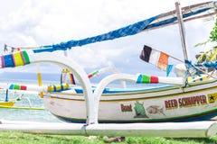 Barche variopinte sulla spiaggia dell'isola tropicale di Bali, Indonesia Fotografia Stock Libera da Diritti