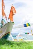 Barche variopinte sulla spiaggia dell'isola tropicale di Bali, Indonesia Fotografia Stock