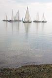 Barche a vela in acqua calma fotografia stock