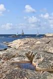 Barche a vela al litorale roccioso immagine stock libera da diritti