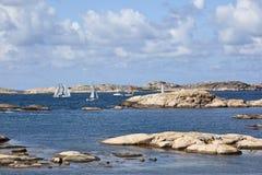 Barche a vela al litorale roccioso fotografia stock