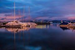 Barche a vela all'alba immagini stock libere da diritti