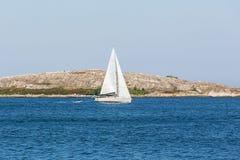 Barche a vela alla linea costiera rocciosa fotografia stock