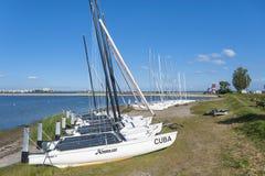 Barche a vela alla riva dell'hamburger Binnensee in Wulfen immagine stock