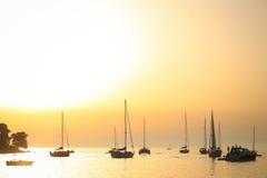 Barche a vela ancorate al tramonto in mare adriatico Fotografia Stock