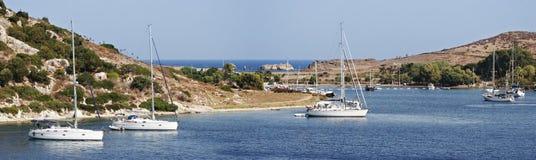 Barche a vela ancorate in una baia sicura Fotografia Stock