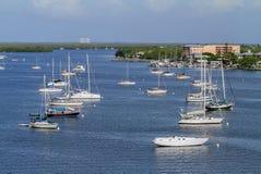 Barche a vela attraccate fuori di Myers Beach Bridge forte Fotografie Stock Libere da Diritti