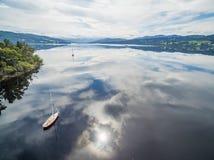 Barche a vela attraccate su Huon River, Huon Valley, Tasmania, Australia Immagini Stock Libere da Diritti
