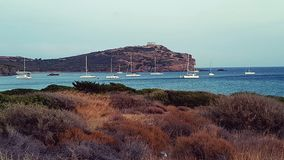 Barche a vela in baia, tempio di Sounion del capo, Grecia immagine stock