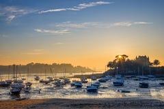 Barche a vela a bassa marea ed al tramonto sulla spiaggia della st Briac vicino alla st Malo, Brittany France Fotografia Stock