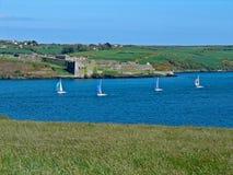 Barche a vela che corrono la fortificazione passata del Charles Fotografia Stock