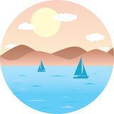 Barche a vela che galleggiano nel mare Spiaggia della montagna, sole Paesaggio piano rotondo di estate dell'illustrazione di vett illustrazione di stock