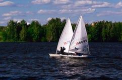 Barche a vela che partecipano ad una regata Immagine Stock Libera da Diritti