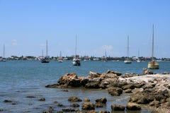 Barche a vela dalla spiaggia Fotografia Stock