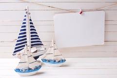 Barche a vela decorative ed Empty tag sul filo stendiabiti su legno Fotografia Stock