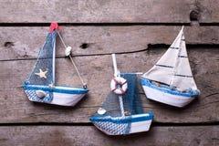 Barche a vela decorative su fondo di legno invecchiato Fotografie Stock Libere da Diritti