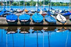 Barche a vela di affitto sul pilastro Lago Alster Amburgo, Germania Fotografia Stock