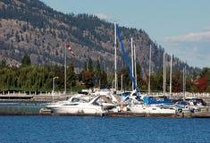 Barche a vela e montagna Fotografie Stock