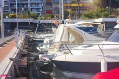 Barche a vela e yacht parcheggiati ai bacini di Blanes, Costa Brava, Spagna Porto marittimo con gli yacht bianchi il chiaro giorn fotografia stock