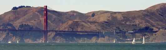 Barche a vela ed il ponticello di cancello dorato Fotografia Stock Libera da Diritti