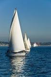 Barche a vela il giorno pieno di sole fotografie stock libere da diritti