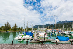 Barche a vela messe in bacino Fotografia Stock