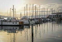 Barche a vela messe in bacino al tramonto Immagini Stock Libere da Diritti