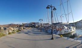 Barche a vela messe in bacino in Loutra Kythnos Immagini Stock Libere da Diritti
