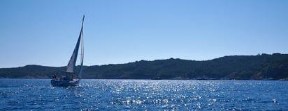Barche a vela nel mare vicino alla costa Immagini Stock Libere da Diritti