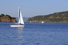 Barche a vela nella baia fotografia stock libera da diritti