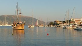 Barche a vela nella baia di Fiskardo, isola di Kefalonia, Grecia fotografie stock libere da diritti
