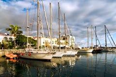 Barche a vela nella piccola città piacevole Mogan su Gran Ca Fotografie Stock