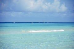 Barche a vela nelle acque del turchese dell'oceano contro le nuvole fotografia stock libera da diritti