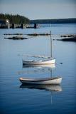 Barche a vela in paesino di pescatori scenico in Maine Immagine Stock