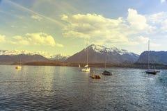 Barche a vela in porto al infornt di Thun del lago della montagna delle alpi Fotografia Stock Libera da Diritti