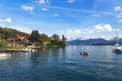 Barche a vela in porto al infornt di Thun del lago della montagna delle alpi Fotografie Stock Libere da Diritti