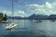 Barche a vela in porto al infornt di Thun del lago della montagna delle alpi Fotografie Stock