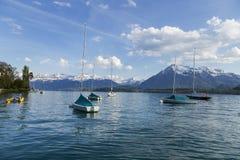 Barche a vela in porto al infornt di Thun del lago della montagna delle alpi Fotografia Stock