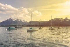 Barche a vela in porto al infornt di Thun del lago della montagna delle alpi Immagini Stock Libere da Diritti