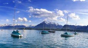 Barche a vela in porto al infornt di Thun del lago della montagna delle alpi nella t Immagini Stock Libere da Diritti