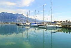 Barche a vela riflesse sul mare a Kalamata Grecia Fotografia Stock